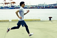ジョギングする日本人男性