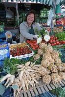 ドイツ シュトゥットガルト 朝市 根菜類とセロリの根を売る女性