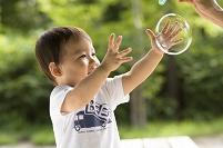 シャボン玉を掴む日本人の男の子