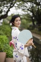 振り返る浴衣の日本人女性