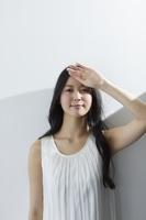 日差しを浴びる日本人女性