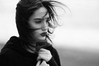 風で髪がなびく悲しい女性