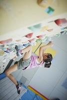 ボルダリングをする日本人の女の子
