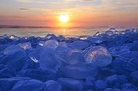 北海道 日の出と十勝川河口の海岸に打ち寄せられた氷の塊