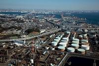 かもめ町の石油タンク群より首都高速湾岸線と横浜港