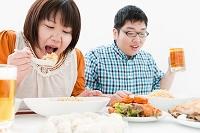 複数の料理と肥満カップル