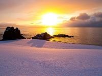 北海道 豊浦町 朝陽輝く海岸