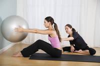メディシンボールを使ったトレーニングをする女性