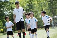 子供サッカー選手とコーチ