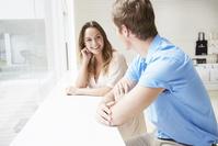 窓際で話す若いカップル