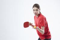 卓球ラケットを持つ女性