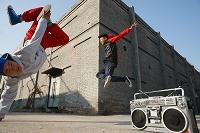 道でヒップホップを踊る若者たち