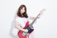 ギターを演奏する日本人女性