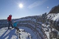 スイス スノーシューをする外国人カップル