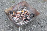 焚き火台で焚き火をする