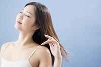 風に髪をなびかせる日本人女性
