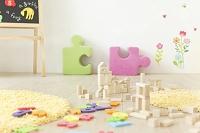 積み木とアルファベットのパズルの置かれた部屋