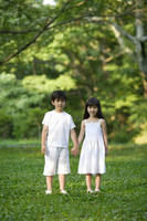 手を繋いでいるハーフの男の子と女の子