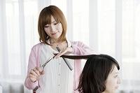 髪を切る美容師