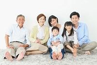 くつろぐ日本人の三世代家族