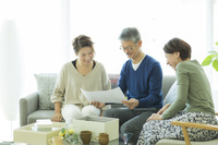 思い出の品を見る日本人家族