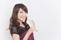 シャンパングラスを持つ若い日本人女性