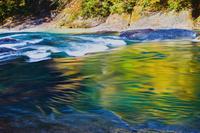 群馬県 紅葉を反照する片品川の流れ