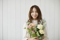 フラワーアレンジメントをする日本人女性