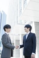 握手を交わす日本人ビジネスマン