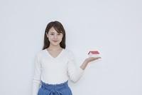家の模型を持つ日本人女性