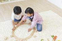 リビングで積木とパズルで遊ぶ男の子と女の子