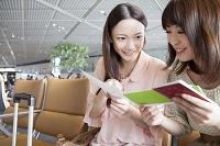 航空チケットを確認し合う日本人女性達