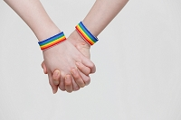 手を繋ぐ同性カップル