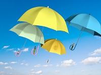 カラフルな傘に乗って空を行く