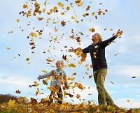 紅葉で遊ぶ外国人親子