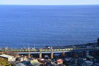 神奈川県 東海道本線 鉄橋上ですれ違うE231系普通電車と快速ア...