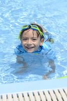プールで泳ぐ男の子