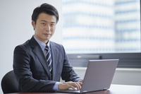 オフィスにいる笑顔の日本人ビジネスマン