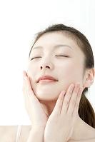 頬に両手を添える日本人女性