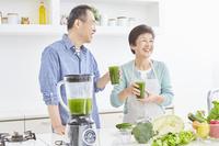青汁を飲む日本人シニア夫婦