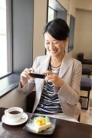 スマートフォンで写真を撮る中高年日本人女性