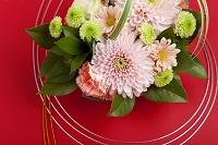 菊のフラワーアレンジメントと水引