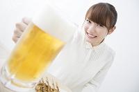 ビールジョッキを持つ日本人女性