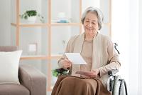 手紙を読むシニア日本人女性