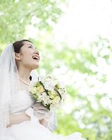 ブーケを持って見上げる花嫁