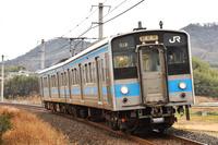 香川県 予讃線 カーブを曲がる121系普通電車