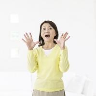 驚き顔の中高年日本人女性