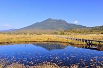 群馬県 尾瀬 中田代の池塘と燧ヶ岳