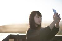 スマートフォンで撮影する日本人女性