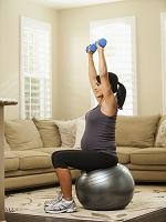 バランスボールを使って運動する女性